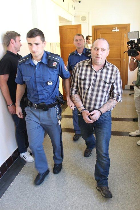 Obžalovaného Martina B. přivádí k soudu eskorta.