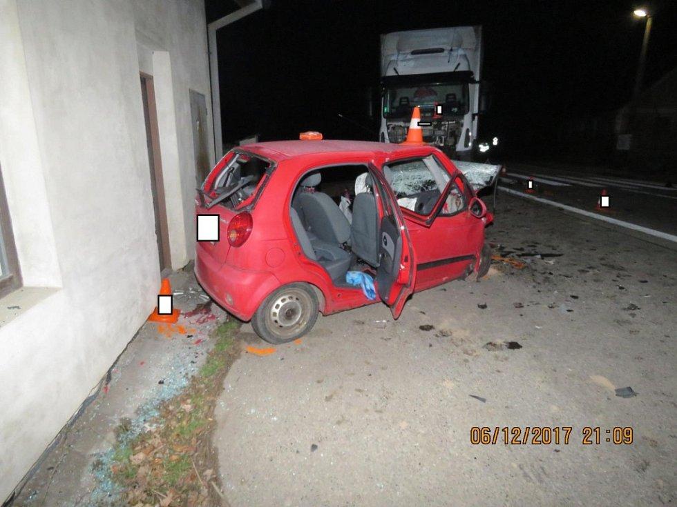 Žena, která řídila osobní auto Chevrolet Spark ve Strunkovicích kolem půl osmé večer vjela z dosud nezjištěných příčin do protisměru, kde se vůz čelně střetl s kamionem.