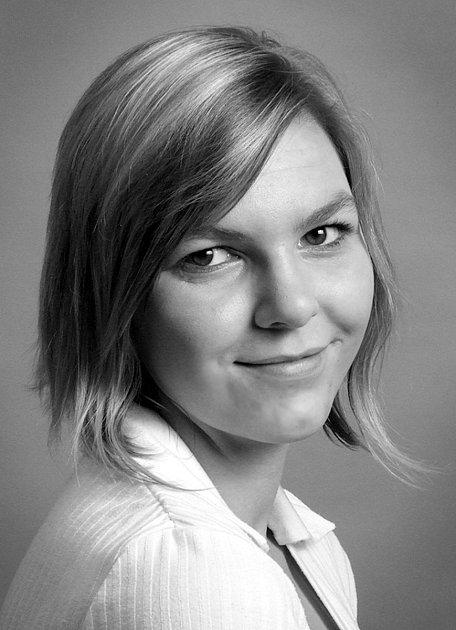 Foto 1: Eva Kolářová zVodňan vystudovala studijní obor Modelářství a návrhářství oděvů na střední výtvarné škole vPísku, kde se naučila vše potřebné pro navrhování a vznik šatů.