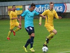 Michal Požárek (v modrém) dvěma góly zařídil výhru Katovic v Hluboké nad Vltavou 2:1.