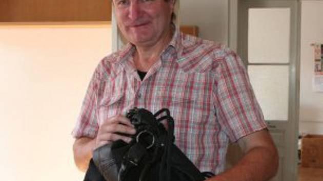 Dvě kabelky od své manželky přinesl do redakce Strakonického deníku Václav Český.
