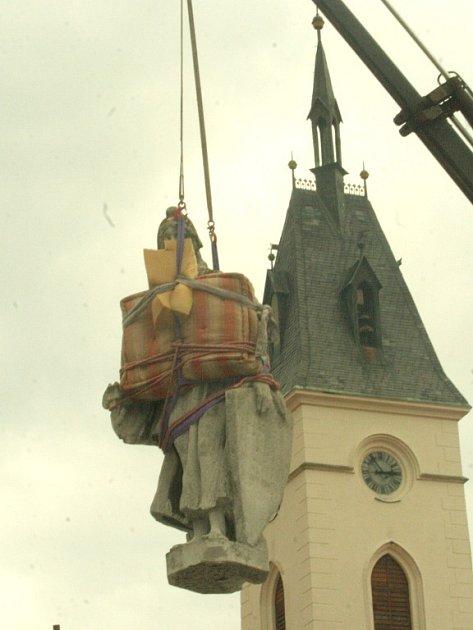 Demontáž sochy Svobody zkašny ve Vodňanech.