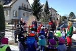 Masopustní průvod směřoval k obecnímu úřadu v Čejeticích se zastávkami u místních občanů.