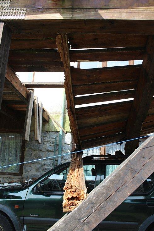 Zřícená terasa Hotelu Pila u Sedlice.