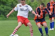 Na jaře neporažené Bělčice a Sousedovice (ve světlém) se ve vzájemném utkání rozešly smírně 0:0.