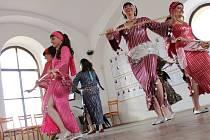 V programu vystoupily skupina Nahoře a taneční soubor Mawaddah Písek.
