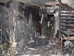 Při požáru domu ve Strakonicích našli hasiči a policisté zavedenou pěstírnu marihuany.