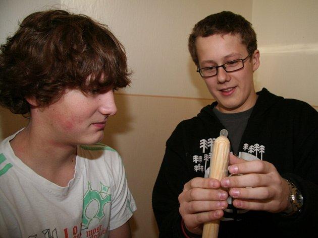Deváťáci ZŠ Dukelská se učli, jak nasazovat kondom.