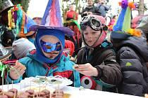 Děti se v pátek 1. března oblékly do masek a vyrazily na průvod po Česticích.