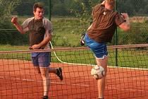 Další ročník tradičního nohejbalového turnaje trojic O pohár starostky obce Čejetice přivábil v sobotu 31. srpna na nové antukové hřiště deset týmů.