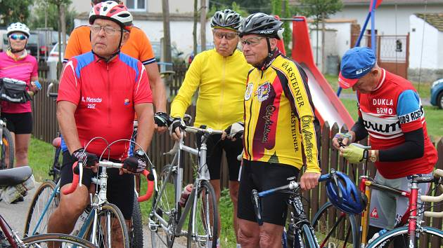 Na kole po světě najel od roku 1991 František Šesták z Blatné (na snímku vlevo) již téměř 210 000 kilometrů.