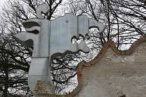 Ohradní zeď ve tvaru draka získala novou hlavu, původní se nedochovala