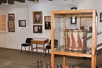 Městské muzeum ve Volyni připravilo pro návštěvníky několik výstav: Ochotnická tahanice představuje příběhy tří divadelních opon akademického malíře a rodáka Maxmiliána Boháče.