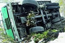 V zatáčce nad Libínským Sedlem sjel ze zasněžené vozovky nákladní automobil a zůstal na boku mimo ni. O dvacet metrů dále skončil stejně automobil osobní.
