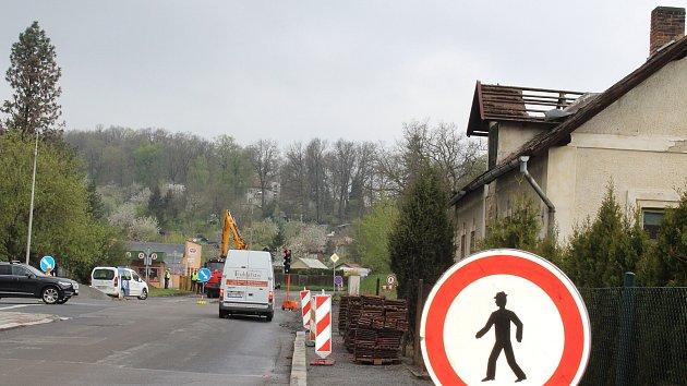 Provoz na Habeš omezí příprava na novou  kruhovou křižovatku. Stavaři musí uzavřít jeden jízdní pruh. Jde o stejné místo, kde byl na jaře zbourán kvůli obchvatu dům.