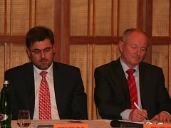 Zleva bývalý starosta Pavel Vondrys a bývalý místostarosta města Pavel Pavel (oba zastupují Jihočechy).