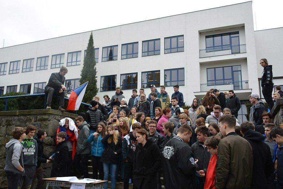 Studenti z Vyšší odborné a Střední průmyslové školy ve Volyni při akci Vyjdi ven!