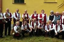 Skupina Nektarka, kapelník Jiří Záhorský je vpravo dole.