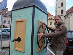 Místostarosta Milan Kodádek vysvětluje funkci nové pumpy.