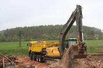 Výstavba obchvatu pokračuje i o víkendech.