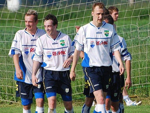 Do střelecké listiny proti Protivínu se zapsalo i toto trio oseckých hráčů – Tomáš Herzig (2 góly), Karel Maroušek, Martin Kroupa (zleva). Osečtí vyhráli 5:0.