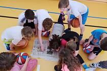 Zájem o reportáž z basketbalového turnaje dětí.
