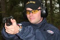 Michal Pešek byl jením z padesáti sedmi policistů, kteří se včera zúčastnili I. ročníku přeboru územního odboru Strakonice ve střelbě.