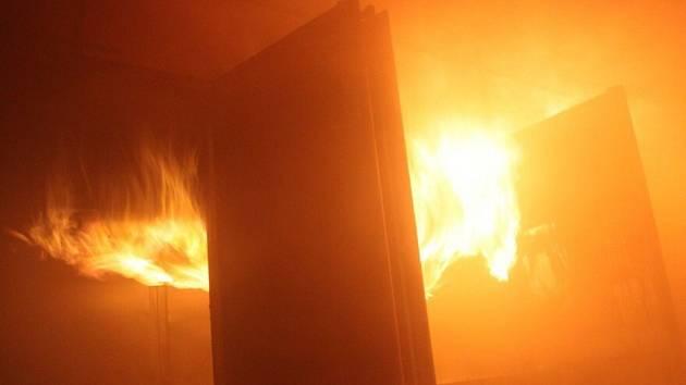 Požár haly v Chelčicích.