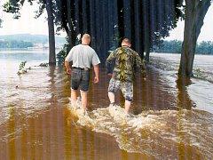 Strakonicko 9. srpna - 2002. Taková byla nebo spíše nebyla silnice mezi Štěkní a Čejeticemi.