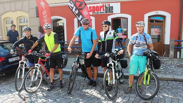 Pětice cyklistů Hynek Fiala, Milan Bízek, Karel Přerost, Miloš Bečvář a Břetislav Turner vyrazila na Tour střední Čechy.