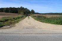 Cesta k lesu za obcí Vítkov, kde byla dívky 9. června 2002 nalezena,