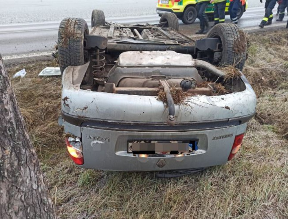 Řidička pravděpodobně dostala na namrzlé silnici smyk a skončila na střeše.