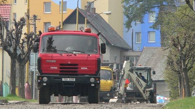 Práce na rekonstrukci ulice Čelakovského ve Volyni mají být ukončeny v červenci.