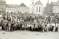 Prvomájový průvod a pokládání věnců v květnu 1989 ve Vodňanech.