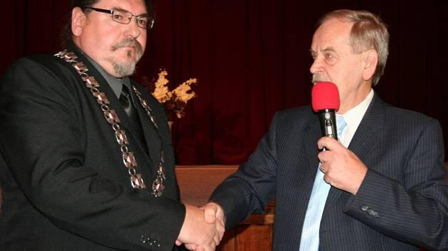 Starosta Břetislav Hrdlička krátce po svém zvolení. Na snímku se zastupitelem Janem Svobodou