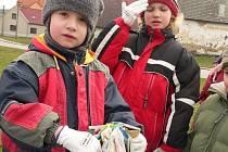 Děti z drahonické mateřinky uklízely obec.