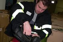 Pro oblekyi přijel na stanici  hasičského záchranného sboru do Strakonic převzít i jeden z hasičů Tomáš Klečka z Mečíchova. Oblek si také hned vyzkoušel.