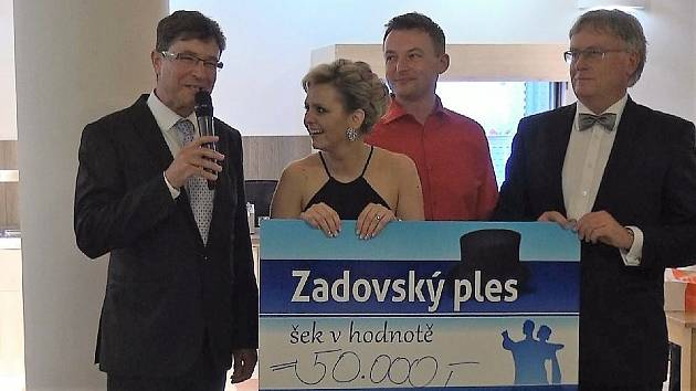 Zleva primář Martin Gregora, Eliška a Jiří Labaštovi a ředitel nemocnice Tomáš Fiala.