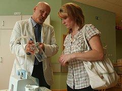 Zástupce společnosti Cheiron Zdeněk Fořt předal Olze Rotové mobilní bateriovou odsávačku pro její postiženou dceru Nikolu.
