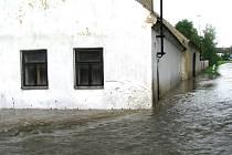 V Pohorovicích-Kloubu na Vodňansku se voda vylila na náves a zatopila domy.