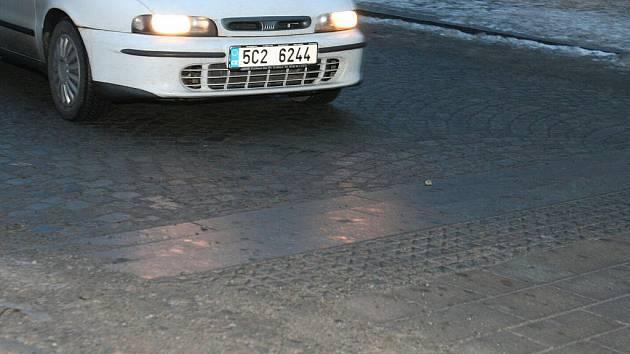 Zpomalovací práh na Velkém náměstí.