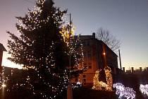 Ve Strakonicích svítí i vánoční strom u viaduktu.
