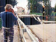 Stržený most v Blatné u ZŠ T. G. Masaryka v Blatné při povodni v roce 2002.