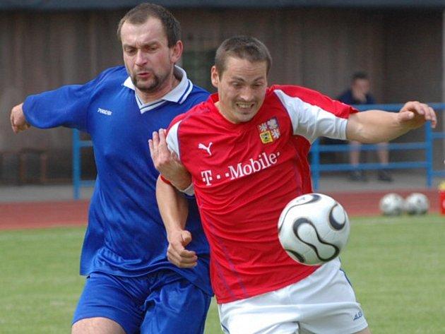 Utkání 18. kola ve IV. třídě Champions – Číčenice vyhráli domácí 2:0 (1:0). Na snímku zleva jsou Pavel Brtna (Číčenice) a Daniel Kovařík.