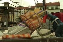 Demontáž sochy Svobody z kašny ve Vodňanech.