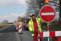Zaměstnanec českobudějovické firmy Lion, která se stará o dopravní značení obchvatu, umisťuje na silnici jednu ze značek. Těch je po objízdných trasách několik stovek.
