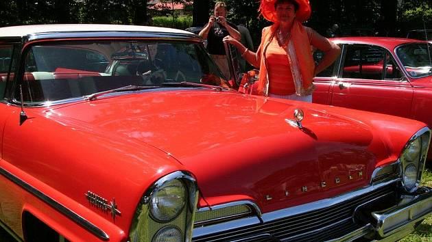 Na srazu veteránů ve Volyni se každý otočil za autem Lincoln Premiere Heleny Horníkové z Plzně.