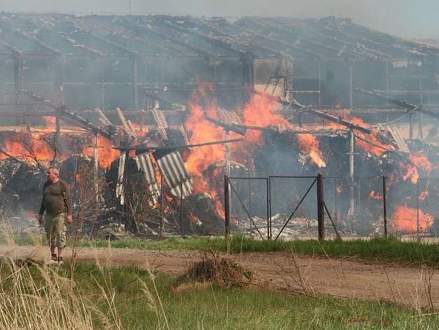 Požár zachvátil v neděli 25. dubna odpoledne sklad slámy v ZD Radomyšl.