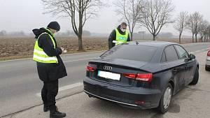 Policisté začali s kontrolami cestování do jiného okresu.