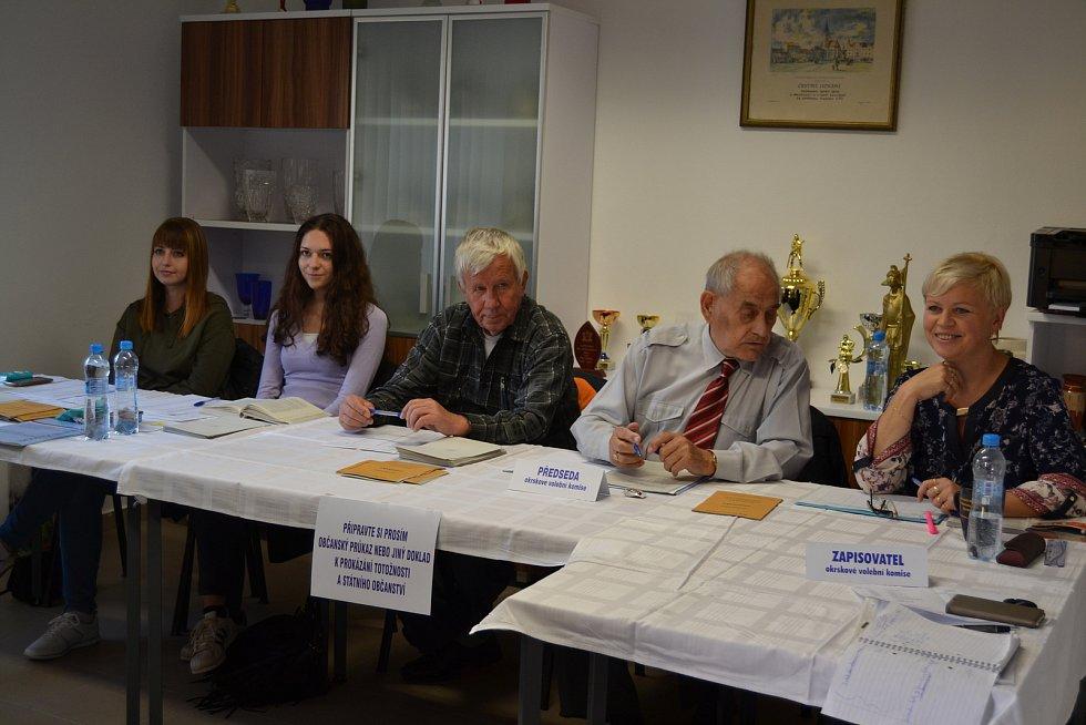 Nejmladší volička v obci a zároveň i členka volební komise (druhá zleva)